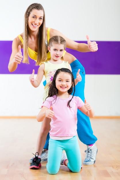 Nauczyciel Tańca Daje Dzieciom Lekcje Tańca Zumba Premium Zdjęcia