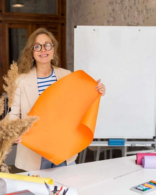 Nauczyciel Trzymając Flipchart Darmowe Zdjęcia