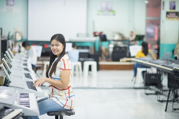 Nauczyciel Uczy Klawiatury Electone Instument Do Chłopca W Klasie Premium Zdjęcia