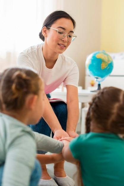 Nauczycielka Bawiąca Się Z Uczniami W Przedszkolu Darmowe Zdjęcia