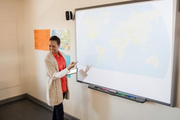 Nauczycielka Daje Lekcje Swoim Uczniom Premium Zdjęcia