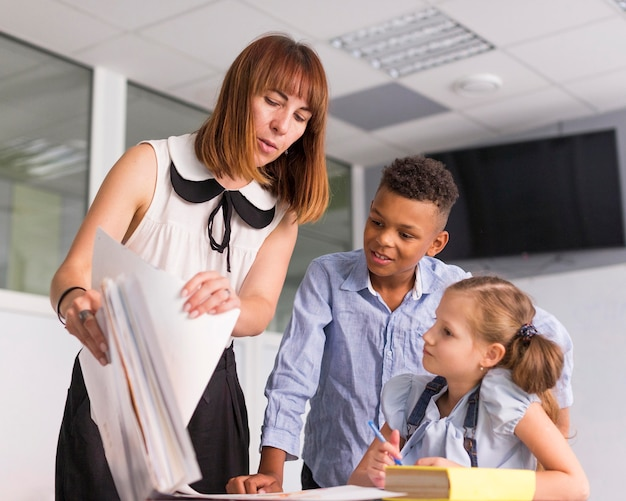 Nauczycielka Pokazuje Swoim Uczniom Ich Oceny Darmowe Zdjęcia