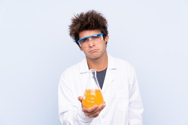 Naukowa Mężczyzna Nad Odosobnioną Błękit ścianą Premium Zdjęcia