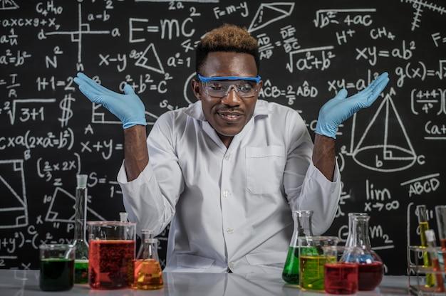Naukowcy otworzyli ręce po obu stronach i odnieśli sukces w laboratorium Darmowe Zdjęcia