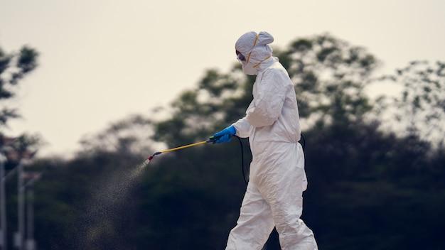 Naukowcy Zajmujący Się Wirusologią Noszą Zestawy Ppe Do Usuwania Wirusów. Premium Zdjęcia