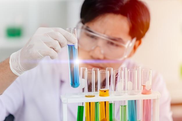 Naukowiec Badający Chemiczną Probówkę Z Powodzeniem Premium Zdjęcia