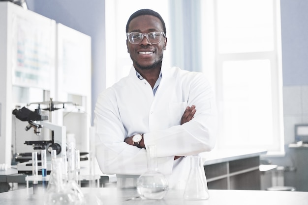 Naukowiec Pracuje Z Mikroskopem W Laboratorium Przeprowadzając Eksperymenty I Formuły. Darmowe Zdjęcia