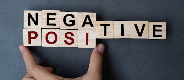 Negatywne na pozytywne słowo na tle tabeli. Premium Zdjęcia