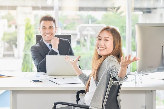 Negocjacje biznesowe osiągają cele i osiągają wielki sukces. Premium Zdjęcia
