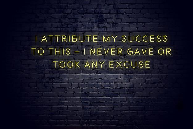 Neon znak z pozytywny mądry cytat motywacyjny przeciwko mur z cegły Premium Zdjęcia