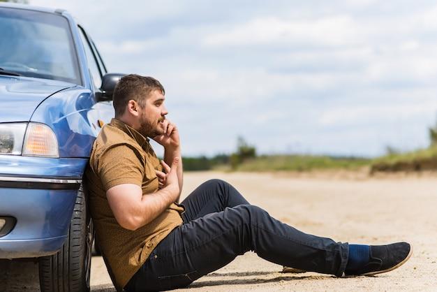 Nerwowy Kierowca Dzwoni Do Pomocy Technicznej Przez Telefon Premium Zdjęcia
