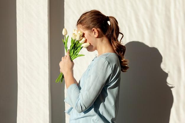 Nie Do Poznania Dama Trzyma Białe Tulipany Darmowe Zdjęcia