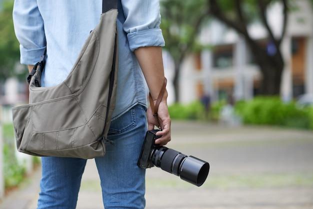 Nie Do Poznania Fotograf Stojący W Parku I Trzymając Aparat Darmowe Zdjęcia
