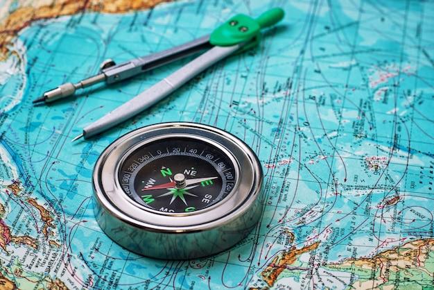 Nieaktualny żeglarz kompasowy na mapie topograficznej Premium Zdjęcia