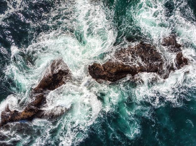 Niebezpieczeństwo Fali Morskiej Rozbijającej Się O Skaliste Wybrzeże Z Aerozolem I Pianą Przed Burzą Premium Zdjęcia