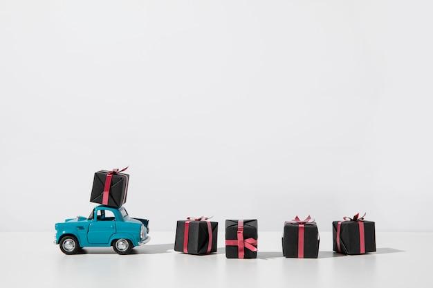 Niebieska Zabawka Samochodowa Z Pudełkami Na Prezenty Premium Zdjęcia