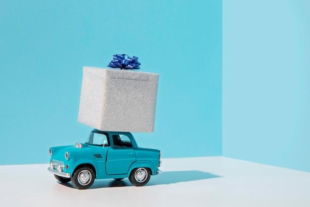 Niebieski Samochód Zabawkowy Z Prezentem Premium Zdjęcia