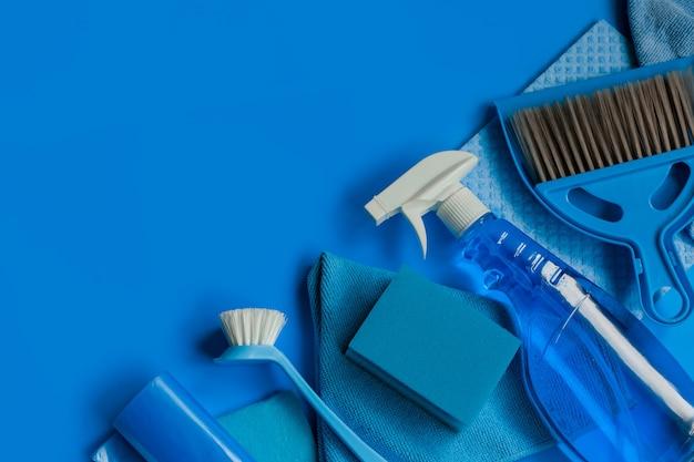 Niebieski zestaw gospodarstwa domowego do czyszczenia wiosennego. widok z góry. skopiuj miejsce. Premium Zdjęcia