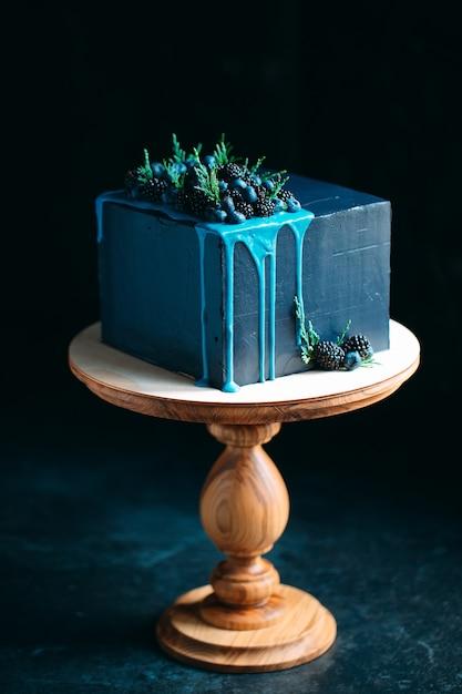 Niebieskie Ciasto Ozdobione Jeżynami I Jagodami. Premium Zdjęcia