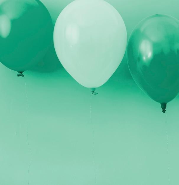 Niebieskie I Białe Balony Na Niebieskim Tle Darmowe Zdjęcia