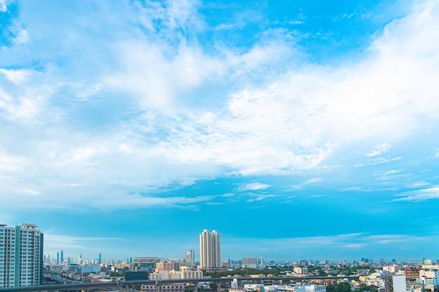 Niebieskie Niebo I Chmura Z Miasta W Centrum Widokiem W Bangkok Tajlandia Premium Zdjęcia