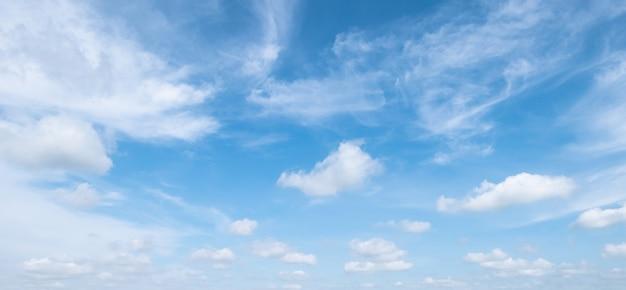 Niebieskie Niebo Z Białymi Miękkimi Chmurami Premium Zdjęcia