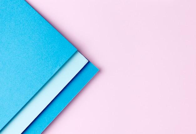 Niebieskie Papiery Na Różowym Tle Premium Zdjęcia