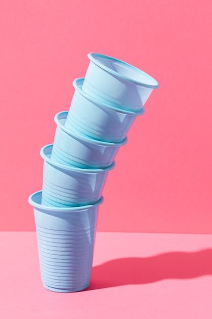 Niebieskie Plastikowe Kubki W Stosie Darmowe Zdjęcia