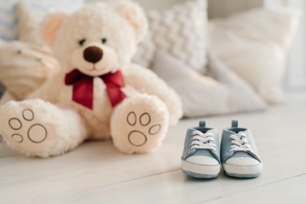Niebieskie Trampki I Miękkie Zabawki Dla Małych Dzieci. Koncepcja Oczekiwania Na Noworodka. Premium Zdjęcia