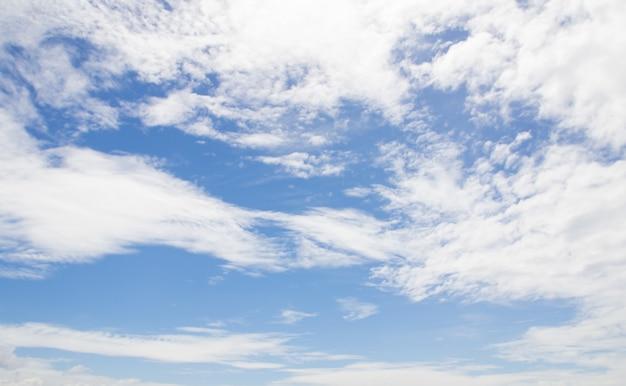 Niebieskiego nieba tło z białymi chmurami Premium Zdjęcia