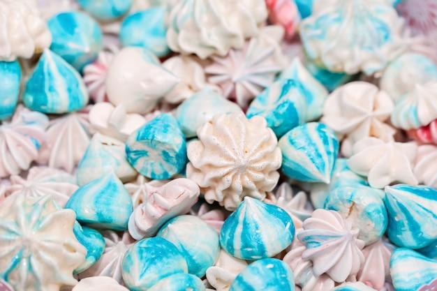 Niebiesko-biała beza. selektywne ustawianie ostrości. widok z góry Premium Zdjęcia