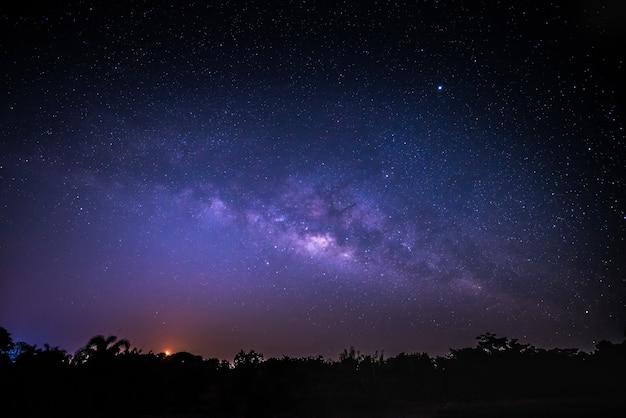 Niebo w nocy z wieloma gwiazdami Premium Zdjęcia