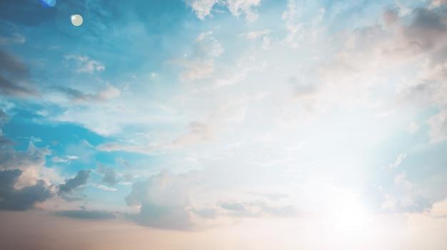 Niebo z chmurami w zmierzchu, pastelowy rocznika styl Premium Zdjęcia
