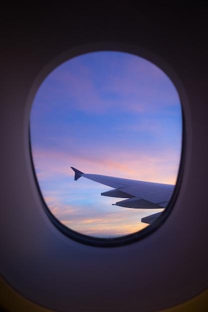 Niebo Zachód Słońca Z Okna Samolotu Premium Zdjęcia