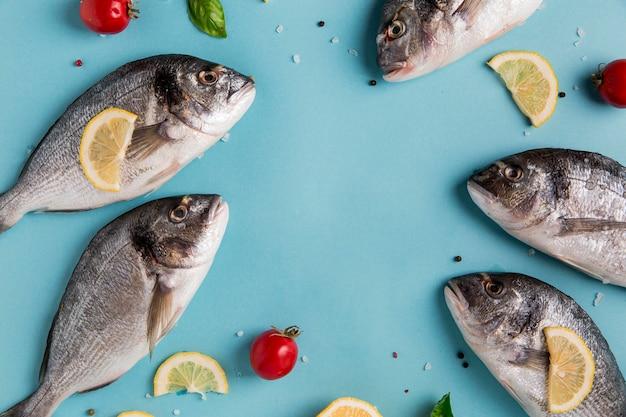 Niegotowane Owoce Morza Z Cytryną I Pomidorami Darmowe Zdjęcia
