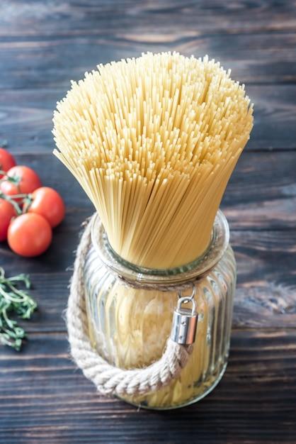 Niegotowane Spaghetti W Szklance Premium Zdjęcia