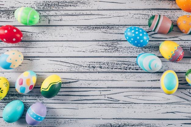 Niektóre Easter Jajka Na Lekkim Drewnianym Tle Darmowe Zdjęcia