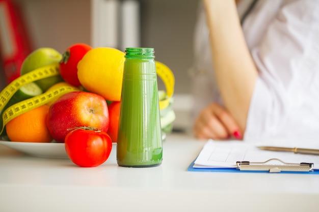Niektóre Owoce, Takie Jak Jabłka, Kiwi, Cytryny I Jagody Na Stole żywieniowym Premium Zdjęcia
