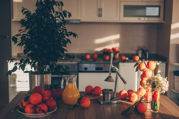 Niektóre Owoce Z Sokowirówką I Drzewa Na Stole I Kuchni, Widok Z Boku. Darmowe Zdjęcia