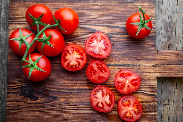 Niektóre Pomidory I Plasterki Z Nożem Na Widok Z Góry Drewnianą Deską Do Krojenia. Darmowe Zdjęcia