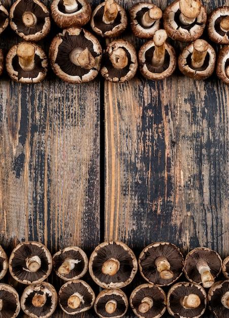Niektóre Przewrócone Grzyby Na Górze I Na Dole, Ciemny Drewniany Stół Darmowe Zdjęcia