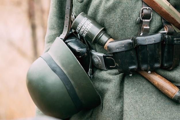 Niemiecki Hełm Na Pasku żołnierza Ii Wojny światowej Premium Zdjęcia