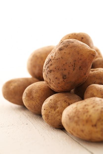 Nieociosane nieobrane ziemniaki na stole Darmowe Zdjęcia
