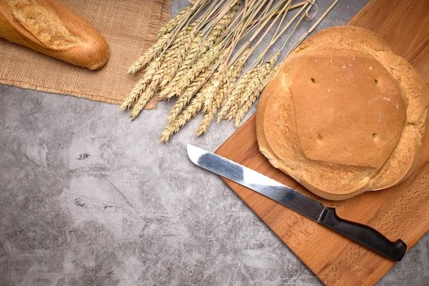 Nieociosani Chleba I Pszenicy Kolce Na Szarym Tle Premium Zdjęcia