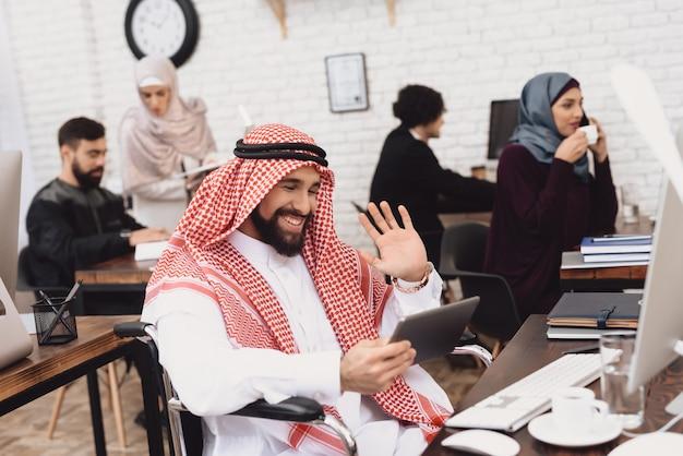 Niepełnosprawni arabscy wideo dzwoni przerwa na kawę przy pracą. Premium Zdjęcia