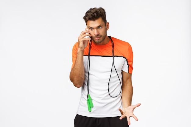 Niepokojący I Zaniepokojony Zirytowany Sportowiec Czuje Się Zły, że Ktoś Dzwonił Podczas Treningu Premium Zdjęcia