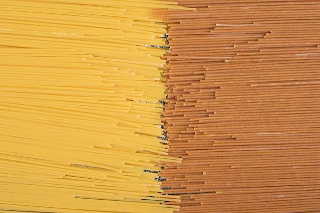 Nieprzygotowany świeży Makaron Brązowy I żółty Na Marmurowym Tle. Wysokiej Jakości Zdjęcie Darmowe Zdjęcia