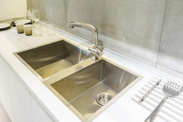 Nierdzewny Zlew Kuchenny I Woda Z Kranu W Kuchni. Wbudowane Urządzenia. Urządzenie Kuchenne. Premium Zdjęcia