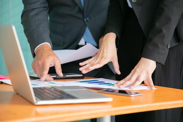 Nierozpoznani Biznesmeni Studiujący Statystyki I Trzymając Się Rękami Dokumenty Darmowe Zdjęcia