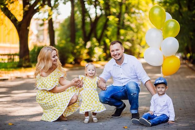 Niesamowici Rodzice Bawią Się Z Dwójką Dzieci Spacerujących Po Parku Darmowe Zdjęcia